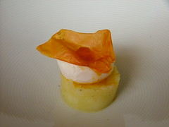 Cilindro di patata con uovo di quaglia e pomodoro seccato