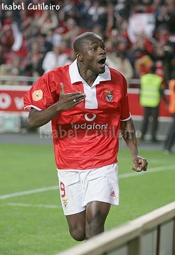 Mantorras quer sair em Dezembro do Benfica