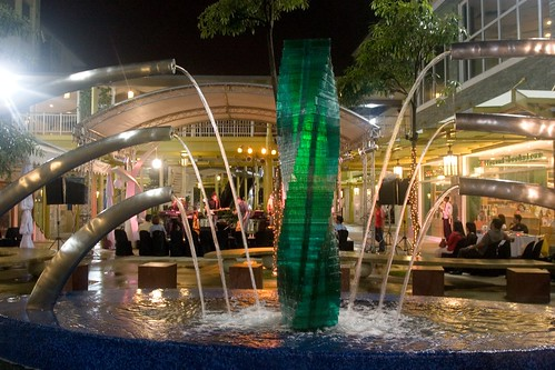 Piazza, Serendra02.jpg