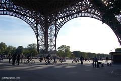 Rombongan polisi bersepeda di bawah Eiffel