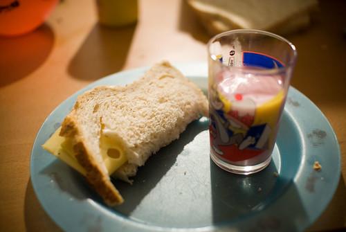 Boterham met kaas en yohurt