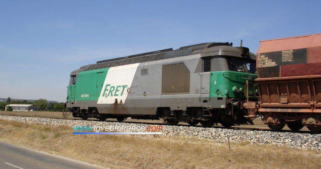La BB 67494 en livrée FRET en pousse de ce train de bauxite