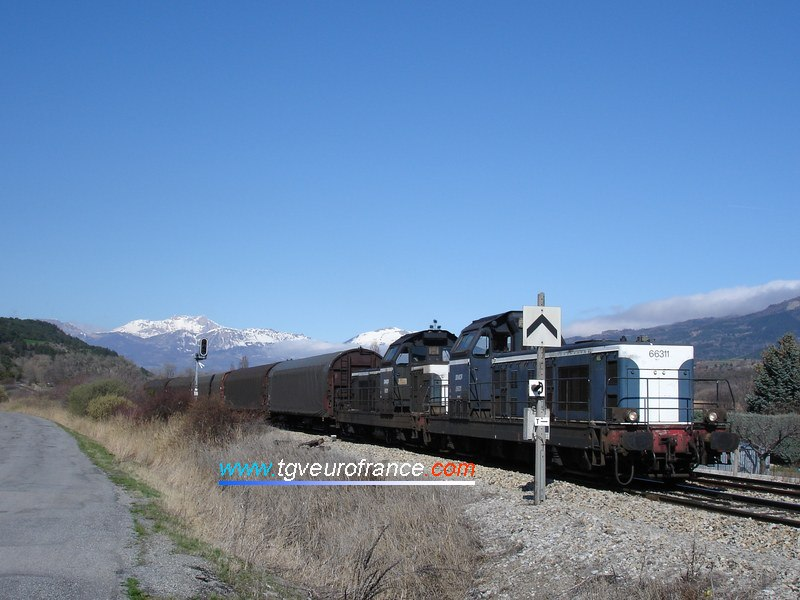 Deux locomotives BB66000 en UM en direction de la gare de Chorges (Hautes-Alpes)