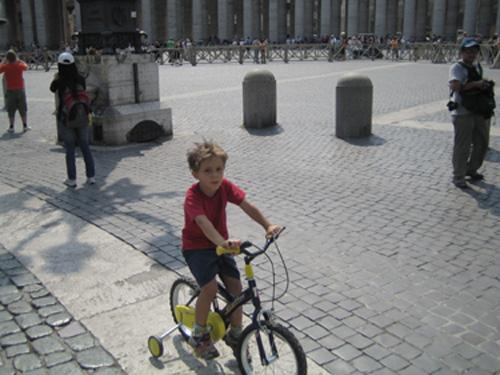 梵蒂崗廣場上故意要來找我拍照的小孩