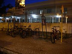 Estacionamento para bicicletas frente à estação dos comboios de Oeiras