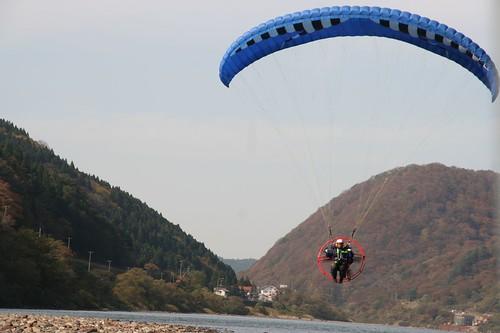 為 NHK 進行採訪的飛行傘
