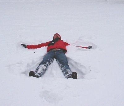 Moviendo brazos y piernas en la nieve