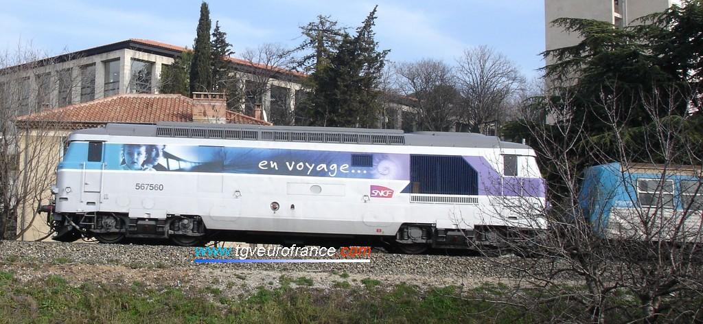 """La BB 67560 (du dépôt de Marseille) en livrée """"En voyage"""" tracte une rame RRR en direction d'Aix-en-Provence (Février 2006)."""