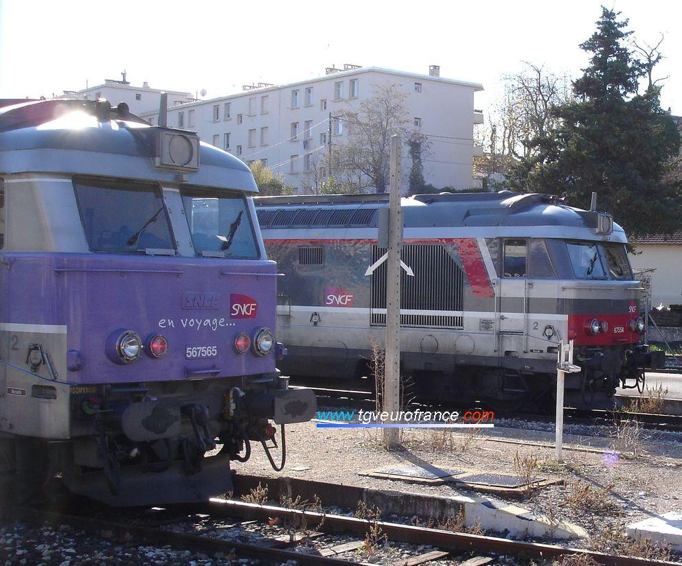 Un bel alignement : BB 67565 en livrée 'En voyage' et BB 67554 en livrée 'Multiservice' sous le soleil en gare d'Aix-en-Provence