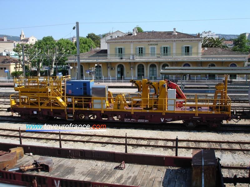Un wagon utilisé pour le changement du fil de contact de la caténaire