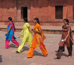 2263f Saris at Fatehpur Sikri