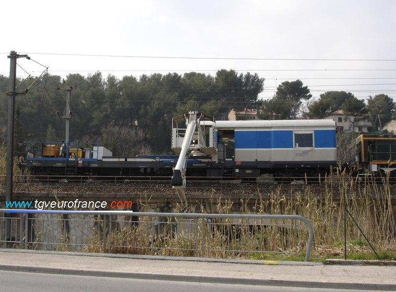 L'inspection d'un pont par ce wagon, un locotracteur Y 7100 assurant l'acheminement du wagon