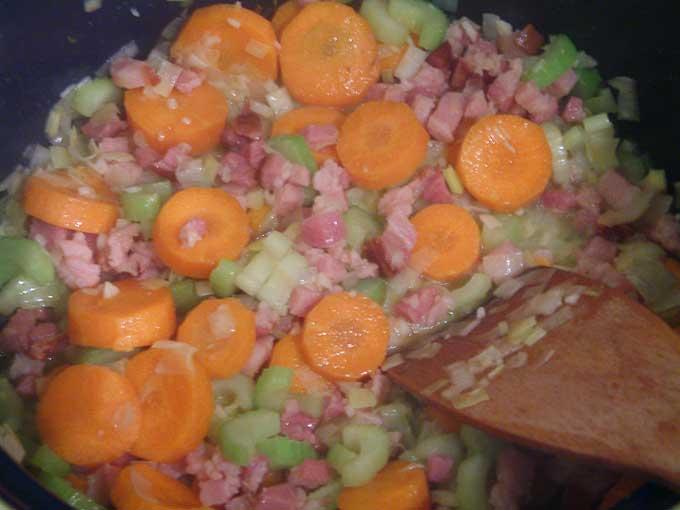 Gemüse mit Speck anbraten