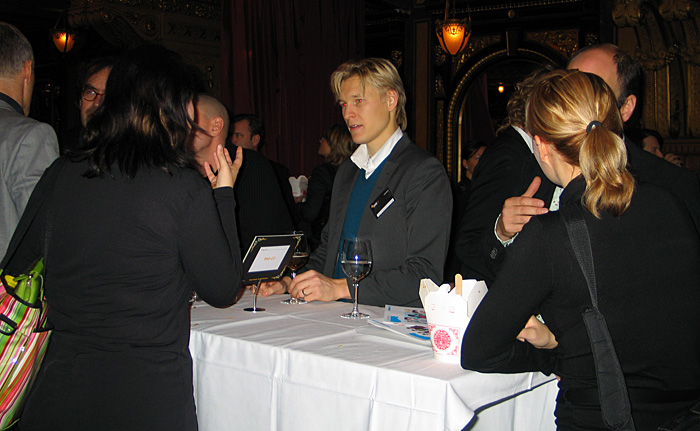 Jyri Engeström and others discussing during lunch break at SIME 06