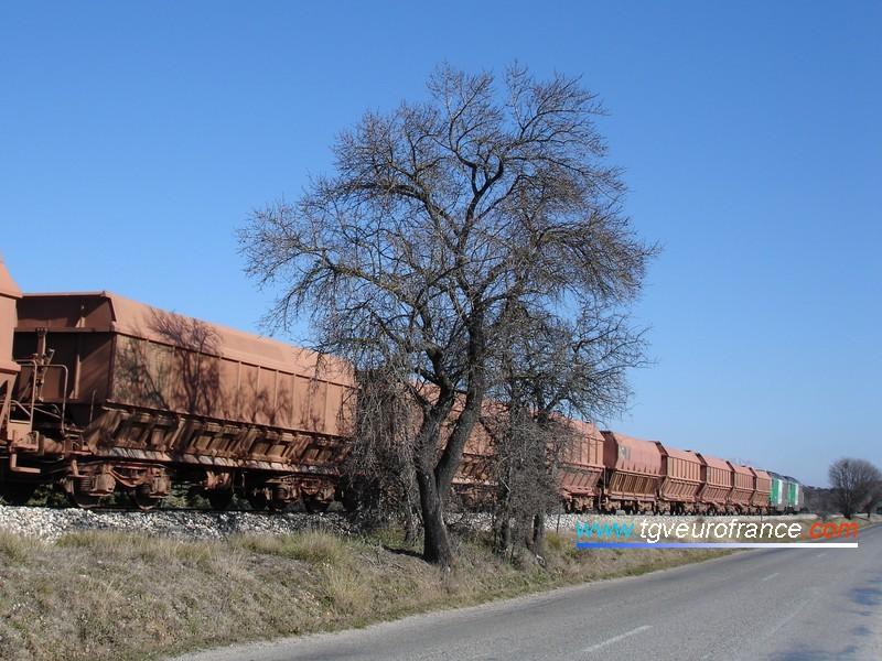 Une UM de BB67400 FRET SNCF en tête d'un train de bauxite à Aix-les-Milles