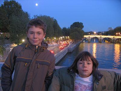 Clem et Zoé sur pont