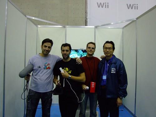 Jugando a la Wii con el máximo responsable de relaciones públicas de Nintendo class=