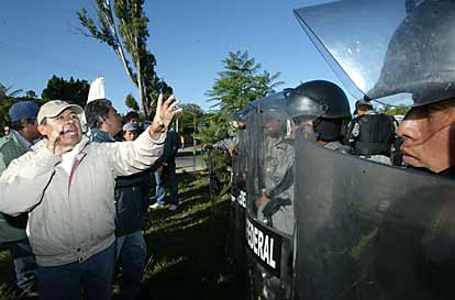 Mark in Mexico, http://markinmexico.blogspot.com/, Palehorse Galleries, http://palehorsemex.vstore.com/, Oaxaca Mexico:  APPO confrontation with federales 2