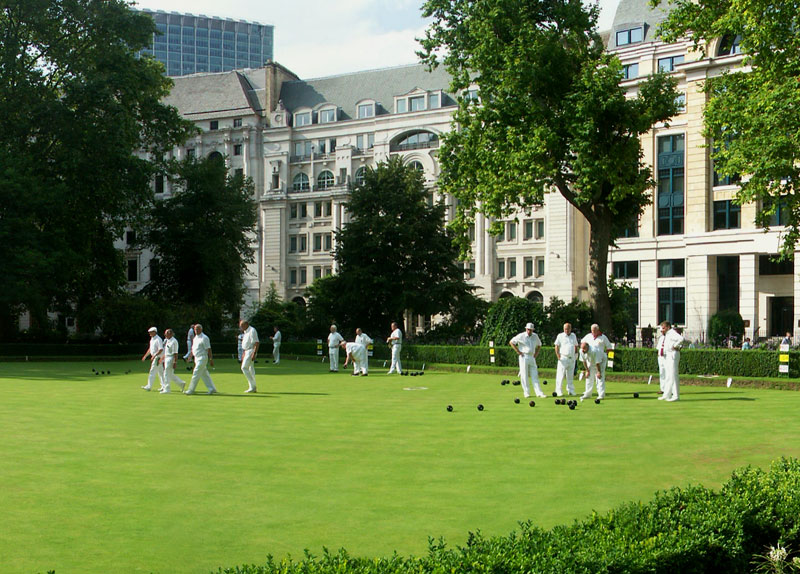 People playing bowls in Finsbury Circus in the City of London