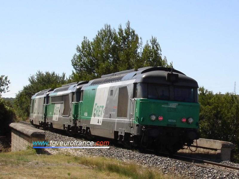 Train de machines BB67400 FRET près de la gare de Velaux