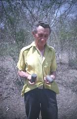 campesino mostrando evidencias arqueológicas encontradas