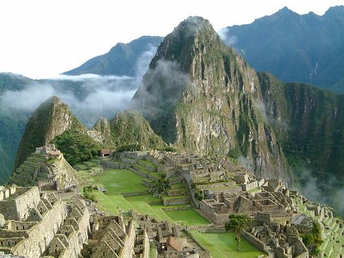 800px-Peru_Machu_Picchu_Sunrise_2