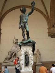 Statue Perseus Memegang Kepala Medusa di Loggia della Signoria, Florence, Italy