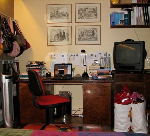 Työpöytäni makuuhuoneessa