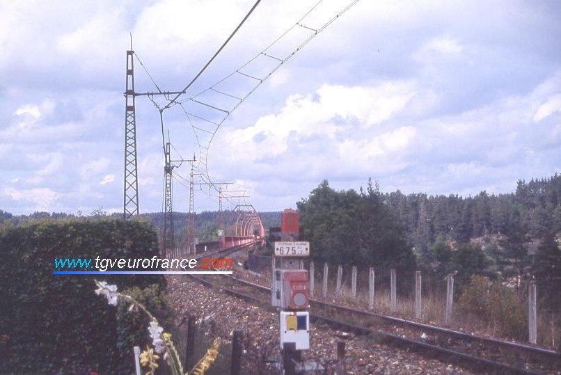 La caténaire MIDI, les ogives sur le viaduc et la voie ferrée avec des rails DC.