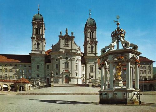 Einsiedeln, Marienbrunnen mit Kloster