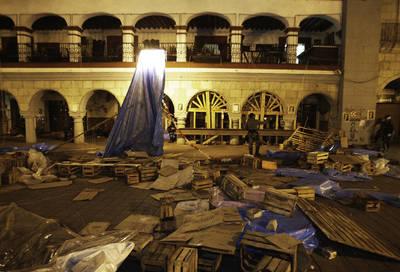 Imagen del zócalo , donde los agentes desmontaron el plantón que la APPO mantuvo ahí durante cinco meses