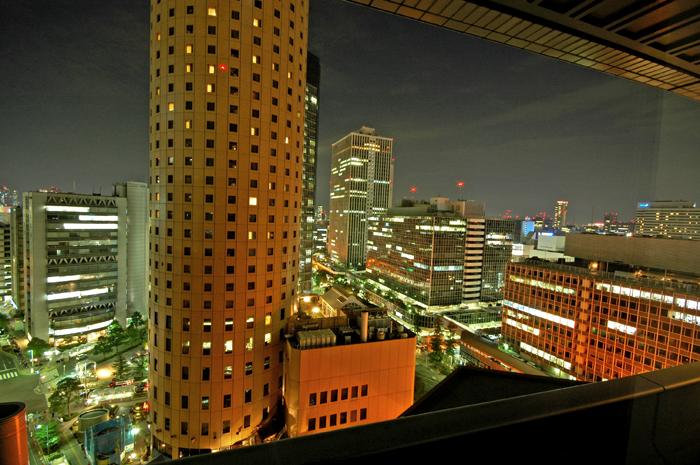 窗外的大阪夜色