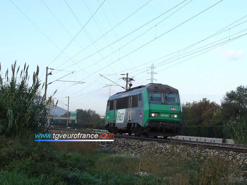Une locomotive BB26000 en livrée FRET (la BB26184)