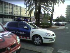 Cotxe dels Mossos mal aparcat