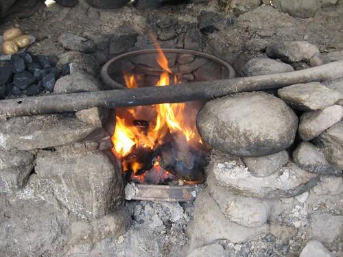 Dung fire (Deserted summer nomad hut, Khargush Pass (4300m), Tajikistan / フンのたき火 (夏に使用される小谷(タジキスタン、ハルグシュ峠(4300m)))