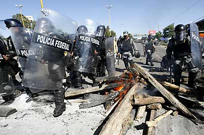 Mark in Mexico, http://markinmexico.blogspot.com/, Palehorse Galleries, http://palehorsemex.vstore.com/, Oaxaca Mexico: APPO confrontation with federales 1