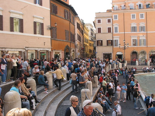 crowds at trevi
