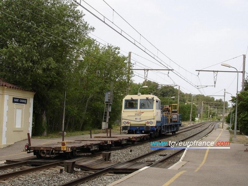 La draisine 8-137 de la Région SNCF de Marseille remorque trois wagons plats.