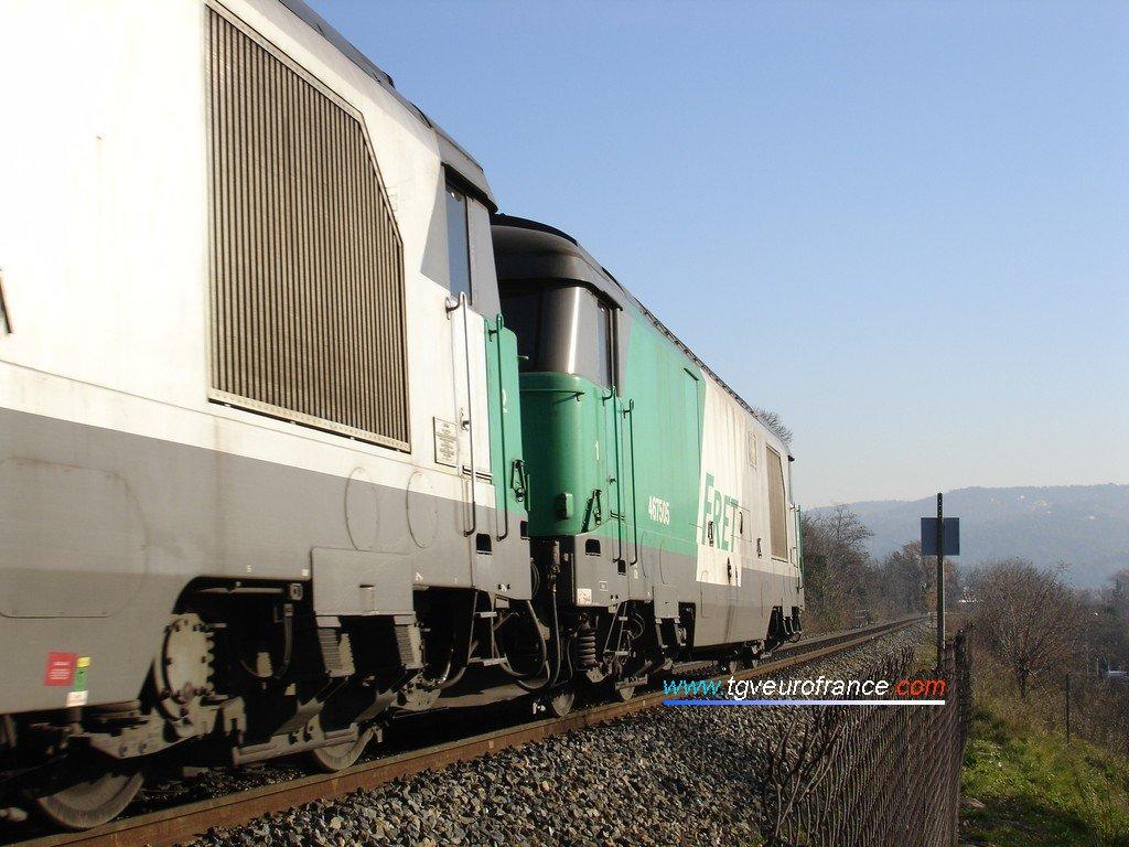 Deux locomotives Diesel-électriques BB 67400 sur un tronçon de voie unique entre Aix et Gardanne
