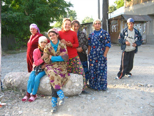 The local ladies, on the way to Jalalabat, Kyrgyzstan / 街角に座る女性たち(ジャララバッド町付近、キルギス)