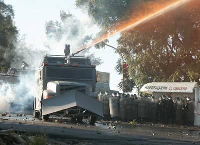 Durante horas, simpatizantes de la Asamblea Popular de los Pueblos de Oaxaca (APPO) y elementos de la Policía Federal Preventiva se enfrentaron en la capital del estado y municipios conurbados. En el operativo de represión las fuerzas federales utilizar