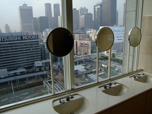 Vistas a Shinjuku desde los lavabos class=