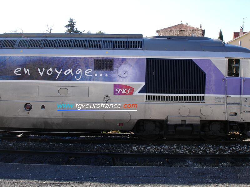Détail de l'inscription 'En voyage' et du nouveau logo SNCF sur la BB67565 sortie de RG en novembre 2005