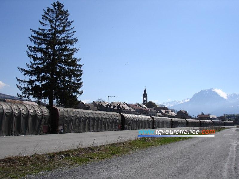 Un bel alignement de wagons plats à bâchage mécanique Rils R20 et R31 en gare de Chorges (Hautes-Alpes)