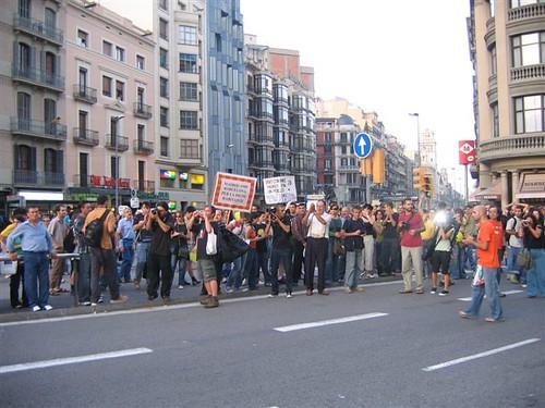 Manifestantes vivienda digna observando manifestación trabajadores Mercadona