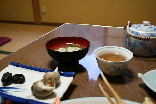 味噌湯,前景是某種螺