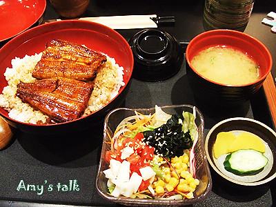 現烤鰻魚,舖在香Q米飯上,淋上江戶風醬汁,絕佳風味!