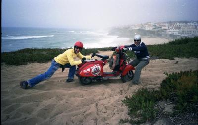Manel e Maia na Praia das Maças numa de vespa tt