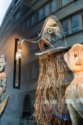 Maskers in de vitrine