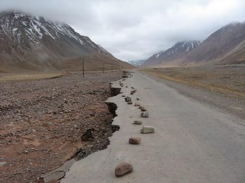 No man's land between Kyrgyzstan and Tajikistan / キルギスでもない、タジキスタンでもない。そういうところにある道はこのようになるものです。